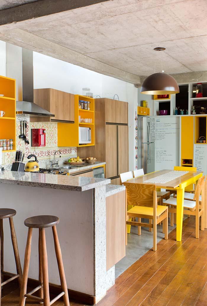 Cozinha ampla em amarelo, marrom e azul claro