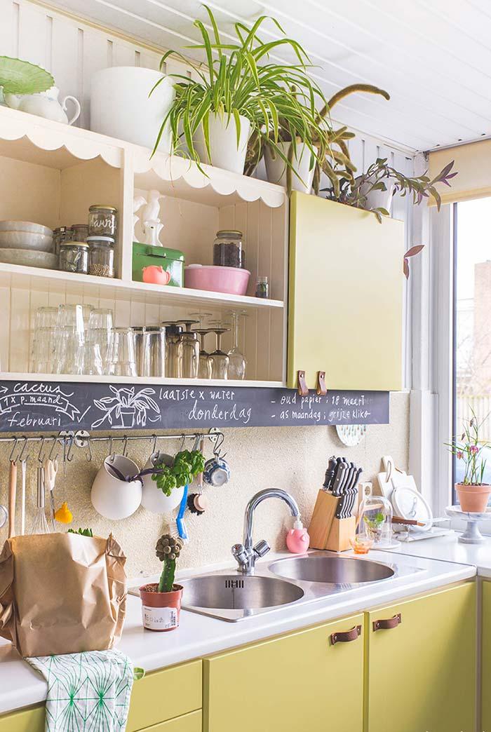 Cozinha amarela num tom mais campestre e moderna