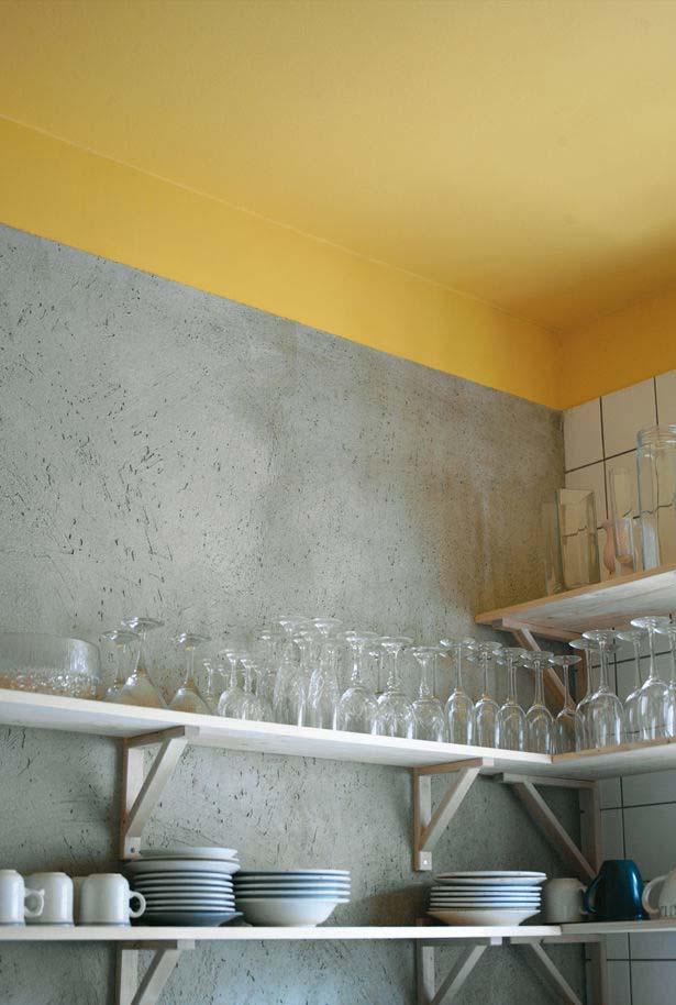 Cozinha amarela no teto