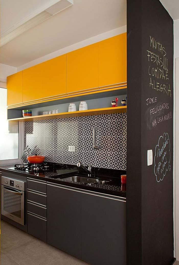 cozinha em amarelo, cinza e preto
