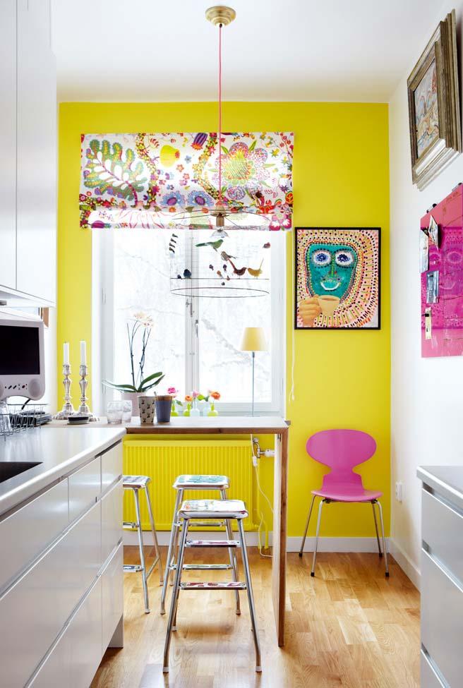 Cozinha branca com uma pitada de amarelo e rosa