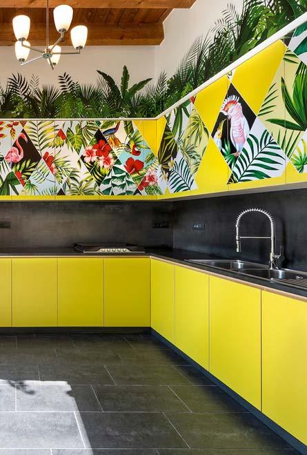 Cozinha tropical em amarelo, verde e preto