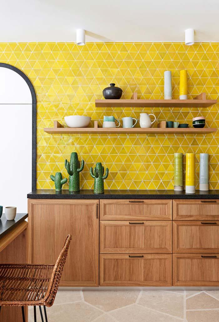 Outra cozinha combinando amarelo e o marrom natural da madeira