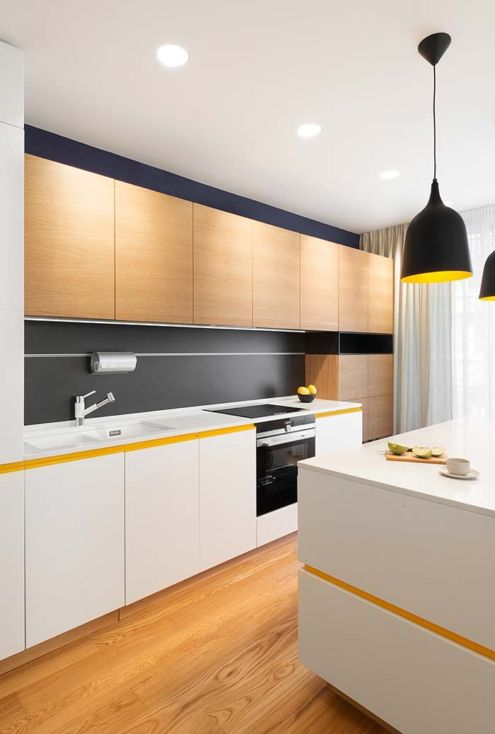 Preto, branco e madeira com uma linha amarela