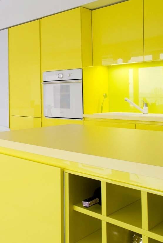 cozinha com todos os armários em amarelo