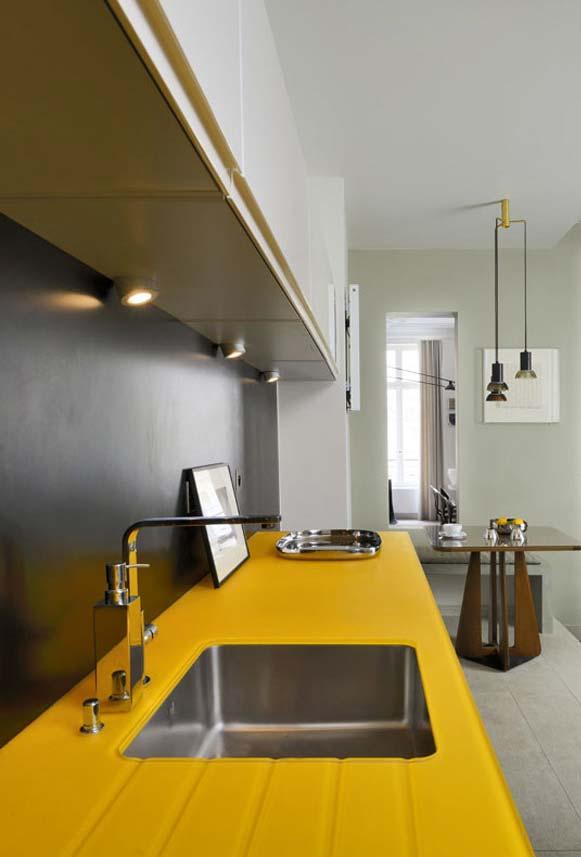 Bancada amarela na cozinha