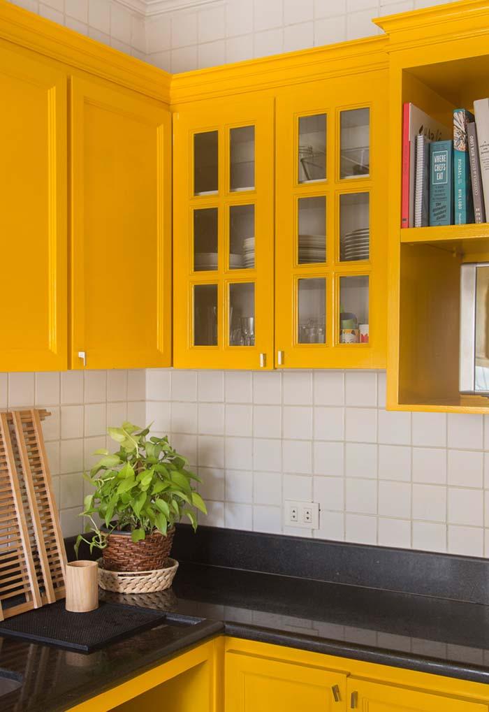 Amarelo canário para os armários suspensos