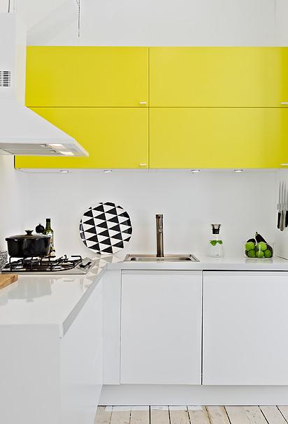 Cozinha moderna em banco com destaque para as portas