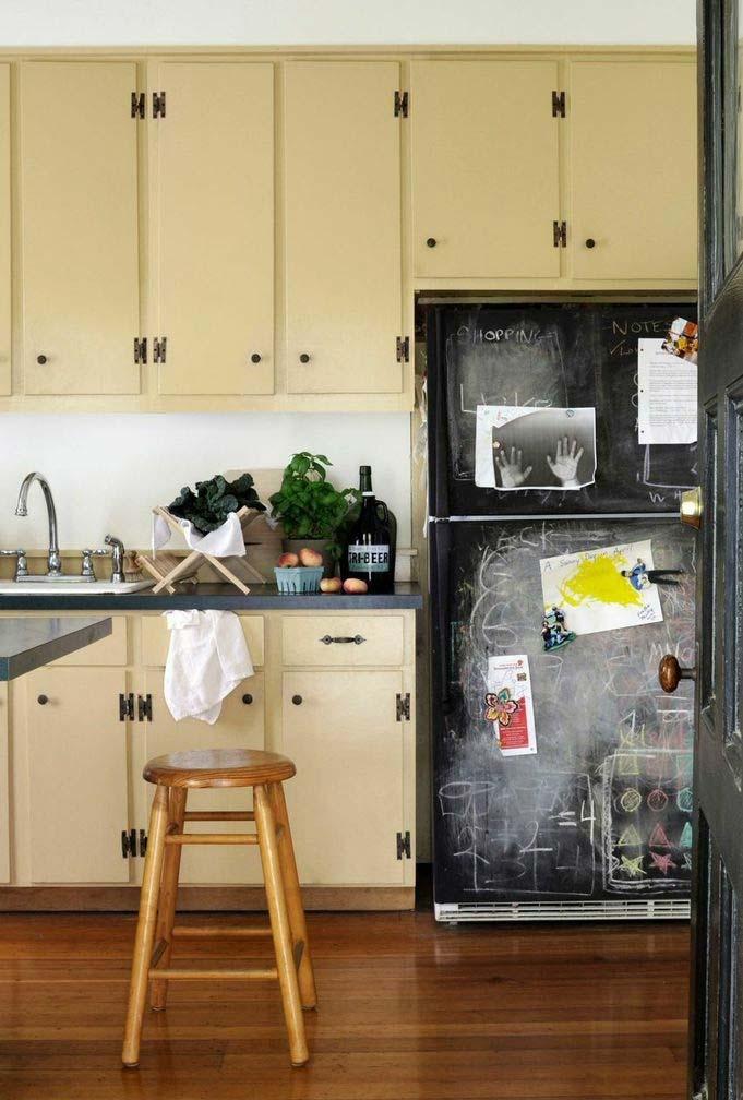 Amarelo bem clarinho e envelhecido nessa cozinha