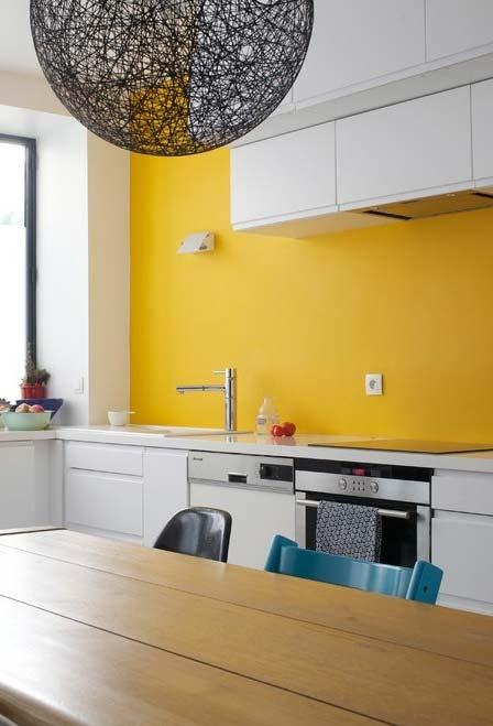 Uma parede de destaque em amarelo para a cozinha