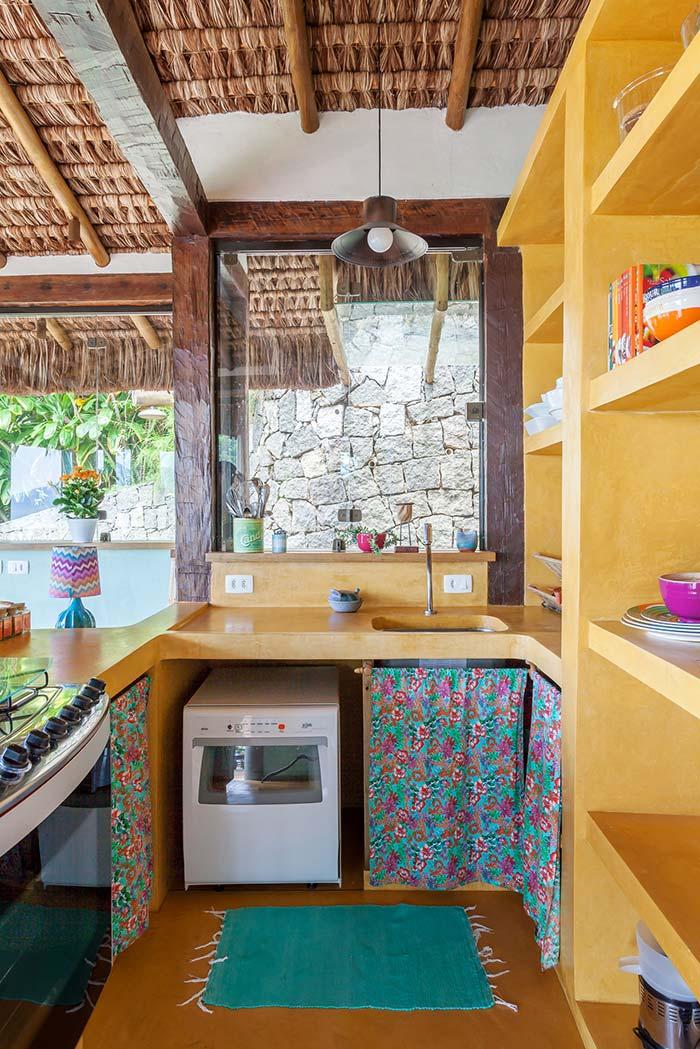 Cozinha amarela no clima de praia