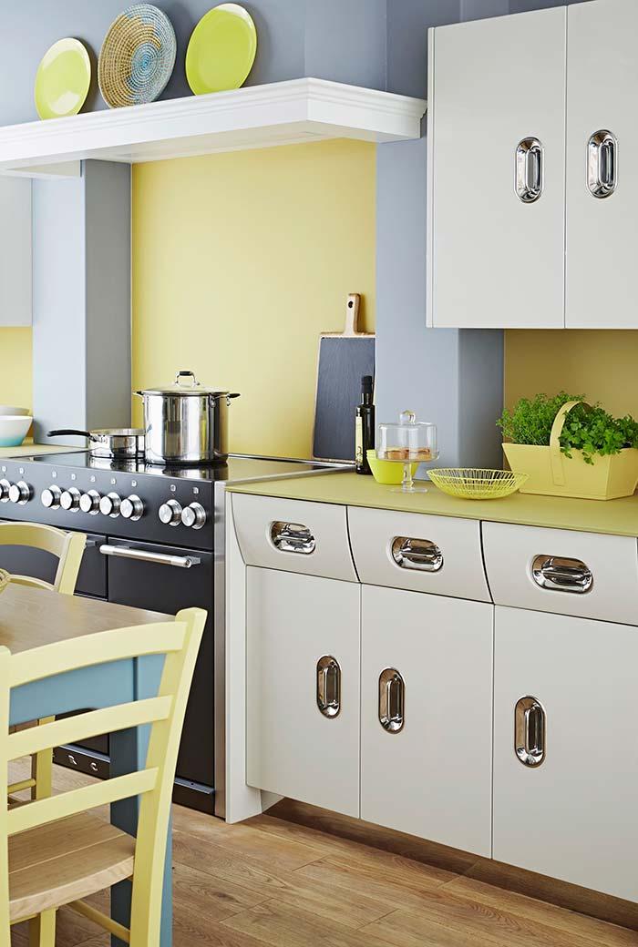 Amarelo e azul estilo candy numa cozinha moderna