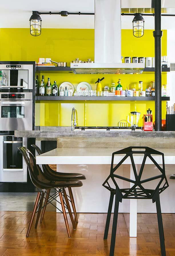 Cozinha industrial com fundo amarelo