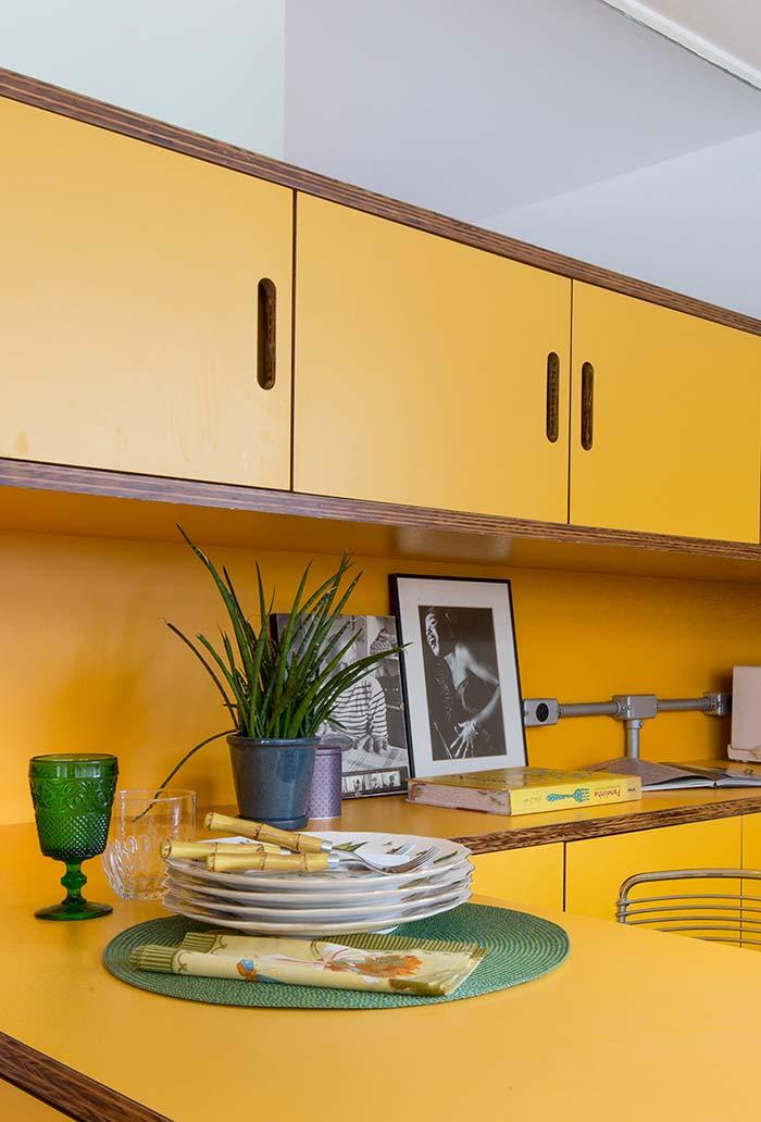 marcenaria de amarelo e madeira num armário com desenho moderno