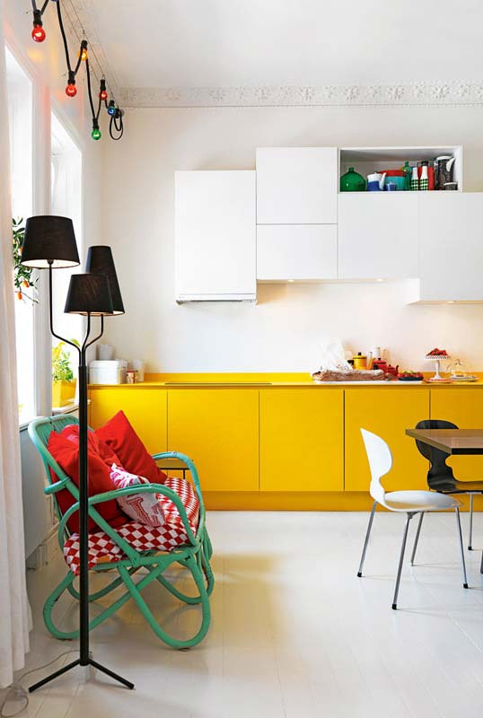 cozinha com amarelo, verde, vermelho e preto