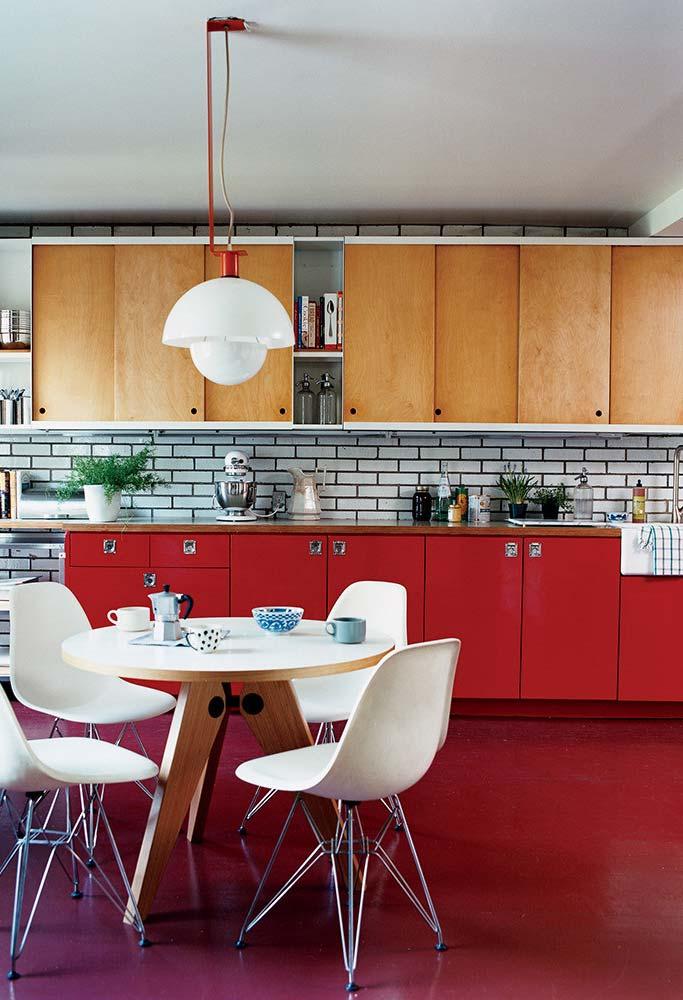 Cozinha contemporânea com destaque para o vermelho