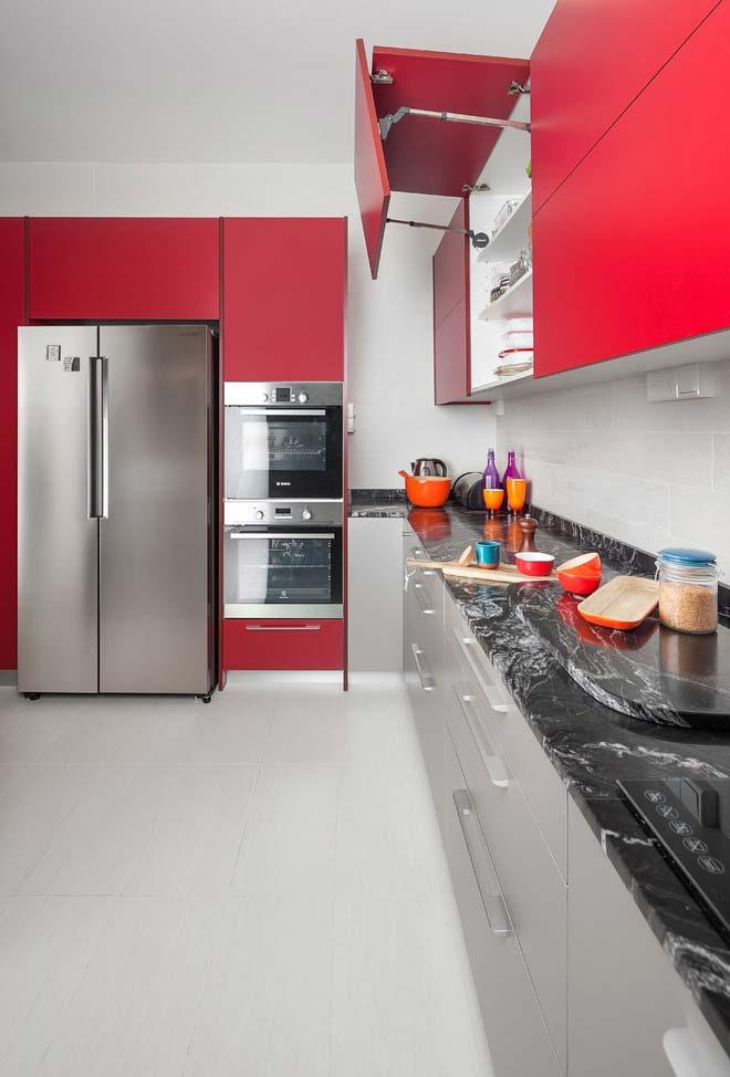 Cozinha em branco, cinza e vermelho
