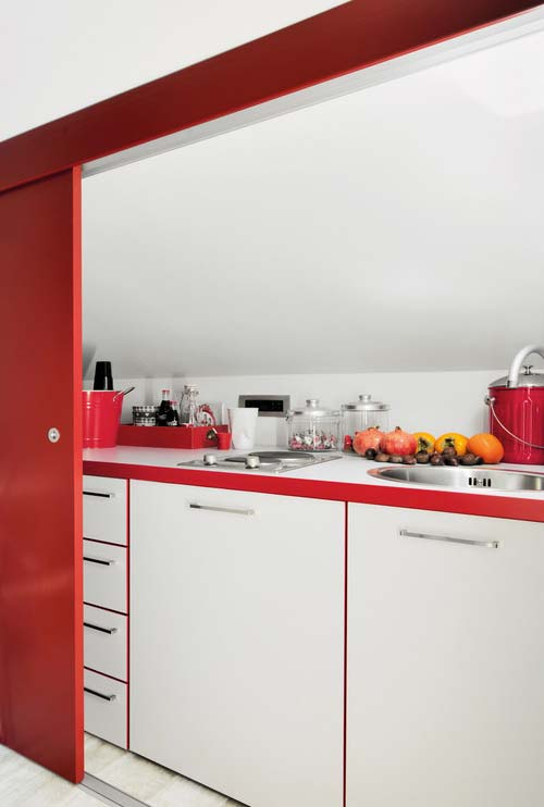 Cozinha em branco e vermelho