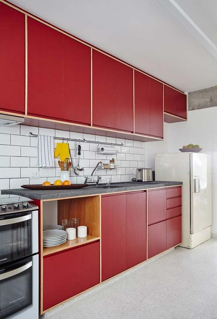 Combinação de vermelho e a cor natural da madeira