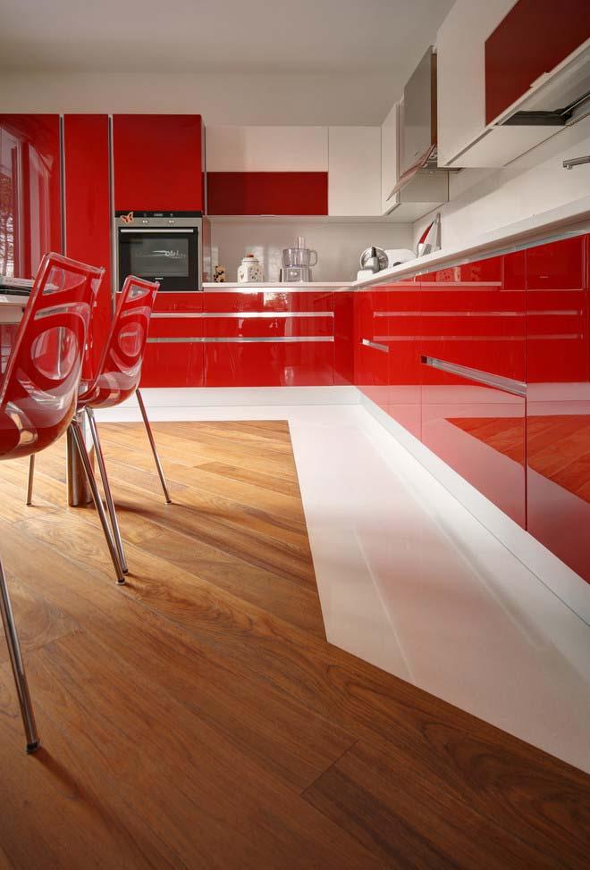 Cozinha vermelha com armários e cadeiras