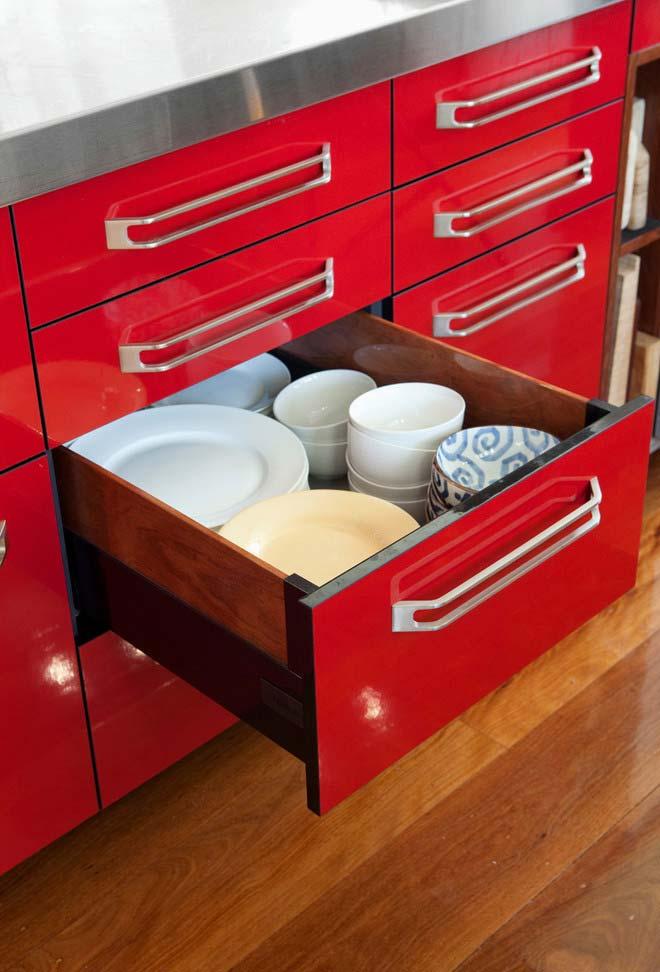 Cozinha com armários e gavetas vermelhas
