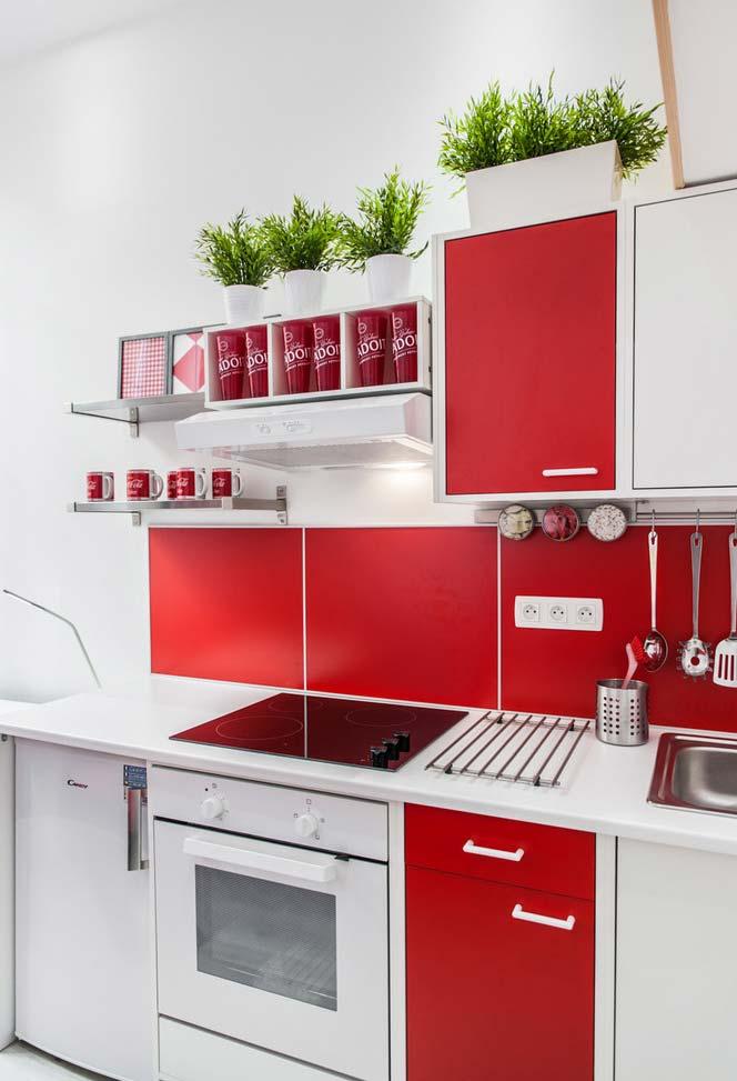 Cozinha branca contemporânea com detalhes em vermelho