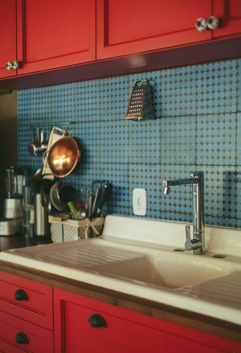 Armário vermelho na cozinha