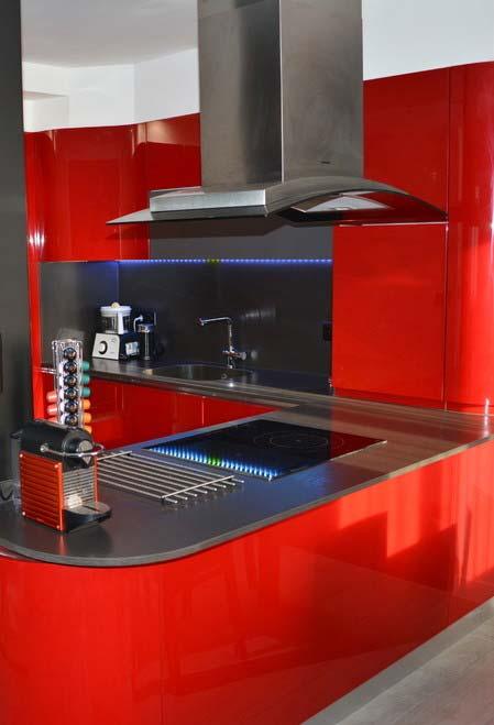 Cozinha planejada preta e vermelha