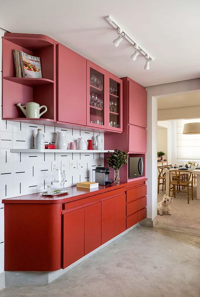 Cozinha vermelha com rosa