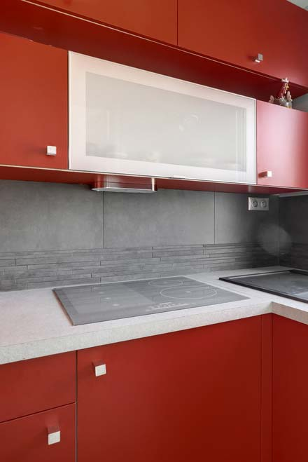 Cozinha contemporânea em vermelho e cinza
