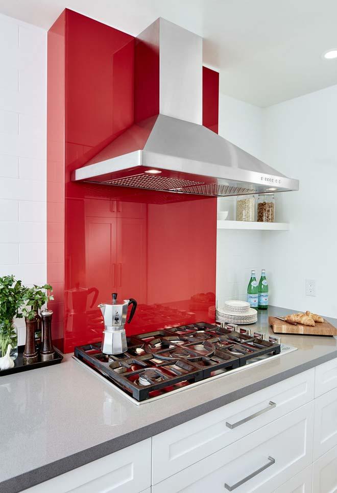 Um toque vermelho numa cozinha branca
