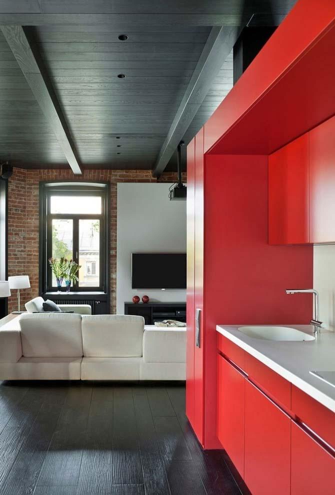 Cozinha vermelha em ambiente integrado