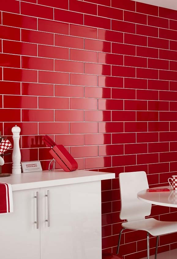 Revestimento da parede tipo tijolinhos num tom vermelho esmaltado