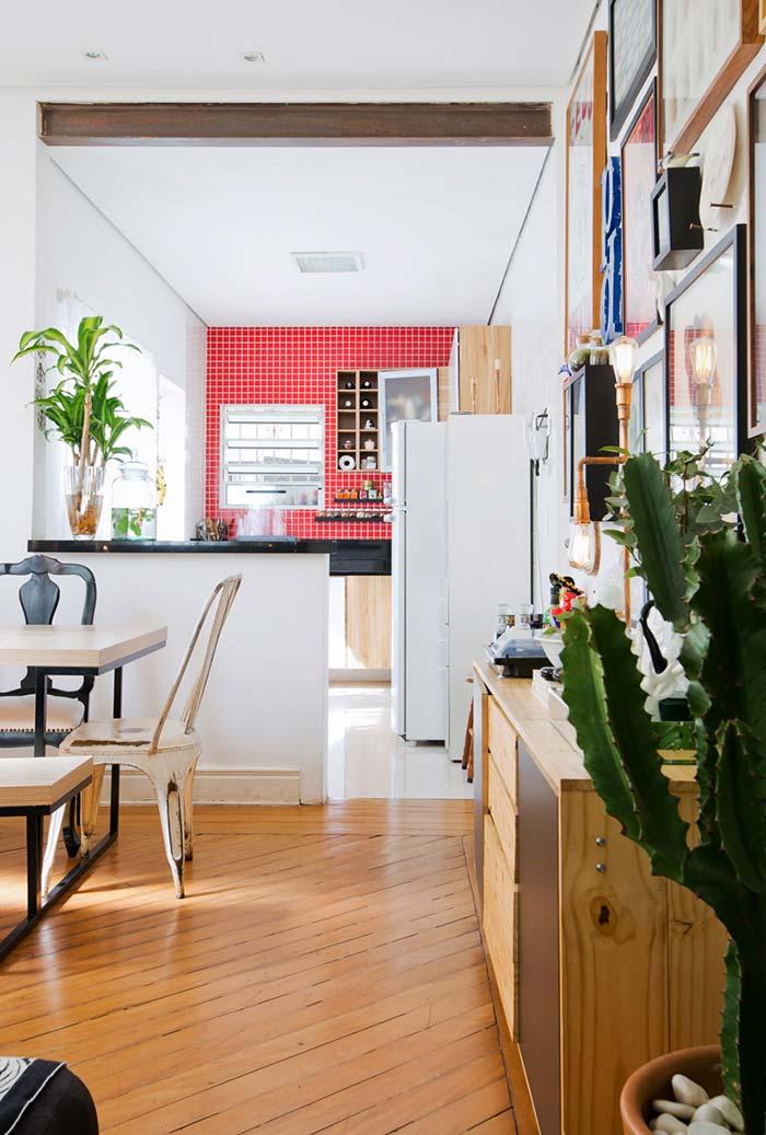 Cozinha pequena com parede de pastilha vermelha