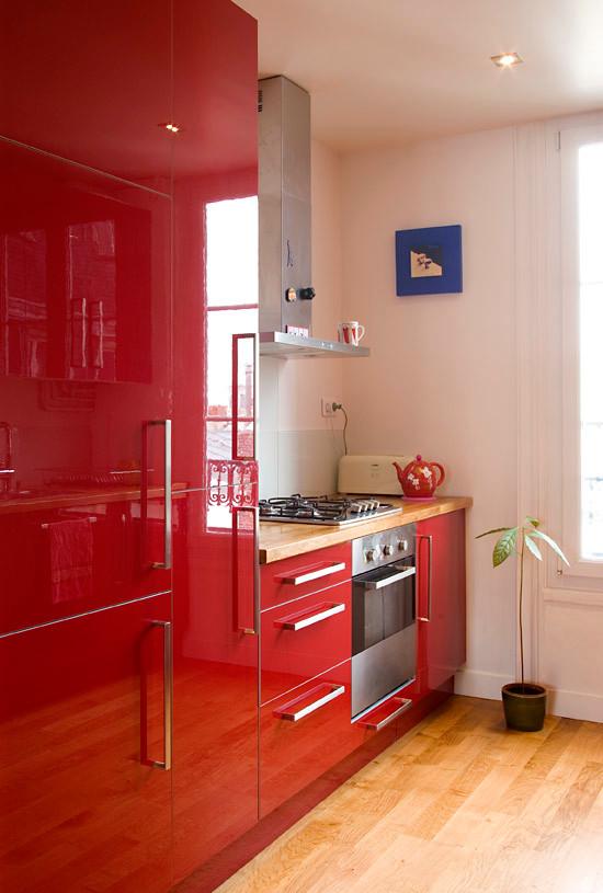 Cozinha vermelha pequena num estilo funcional