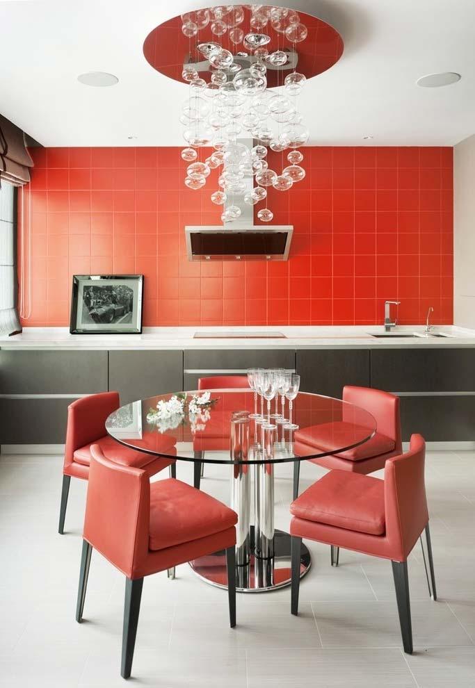 Cozinha vermelha num estilo contemporâneo