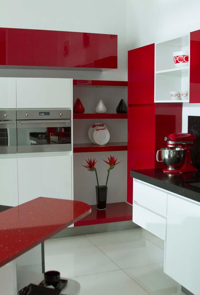 Cozinha contemporânea em branco e bordô