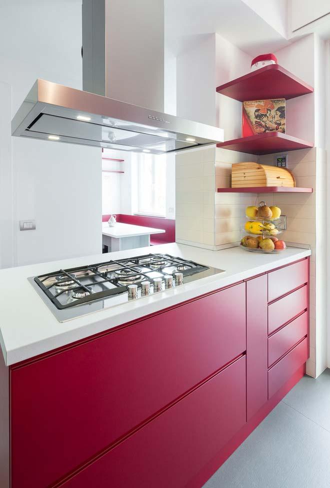 Cozinha vermelha pequena com bancada central