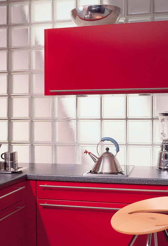 Vermelho bordô numa cozinha com acessórios de inox