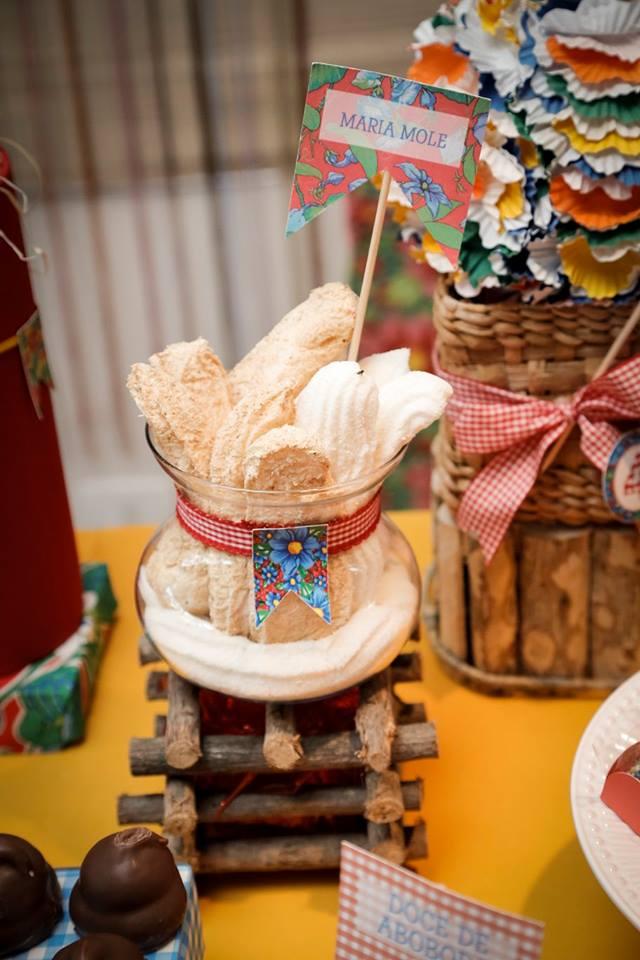 Decoração de festa junina: plaquinhas com o nome dos doces feitos com pano de chita