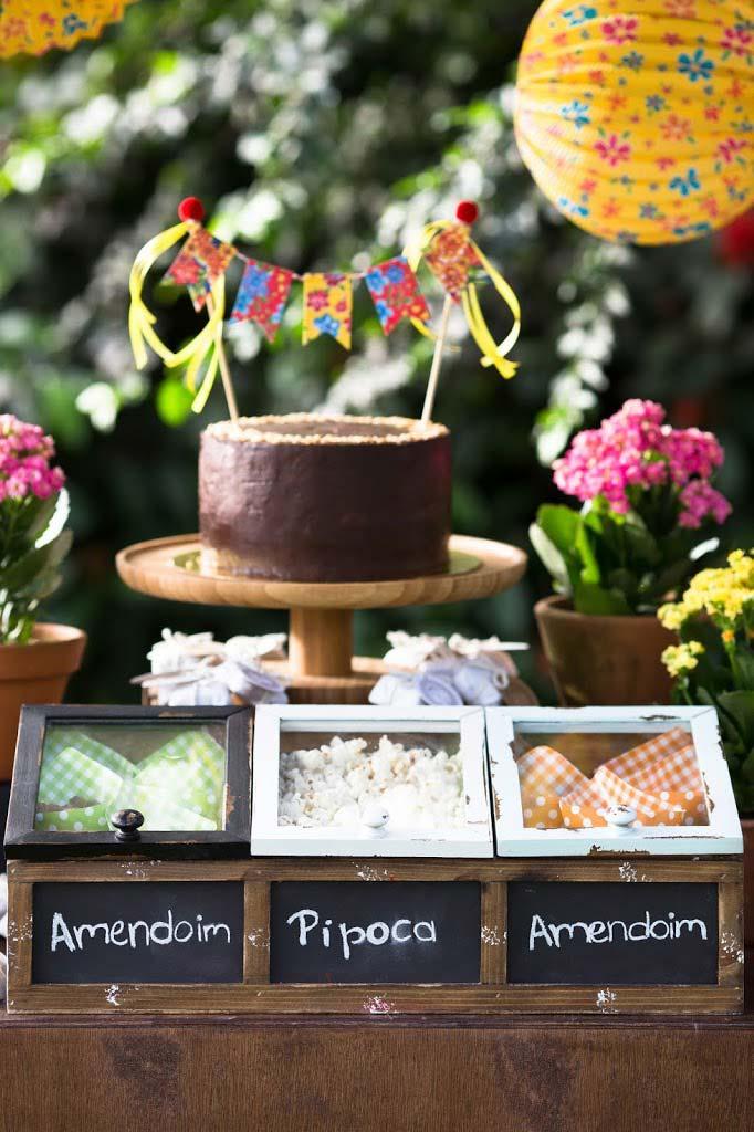 Decoração de festa junina: uma caixinha de madeira para servir guloseimas tradicionais