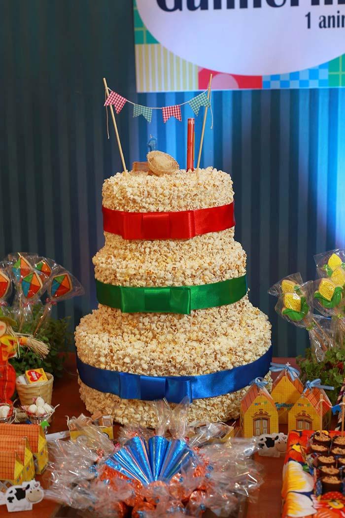 Decoração de festa junina com bolo de pipoca
