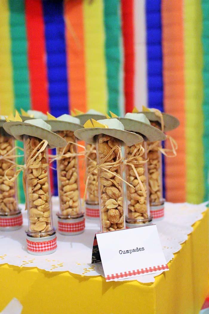 Tubinhos de amendoim lembram o noivo da quadrilha