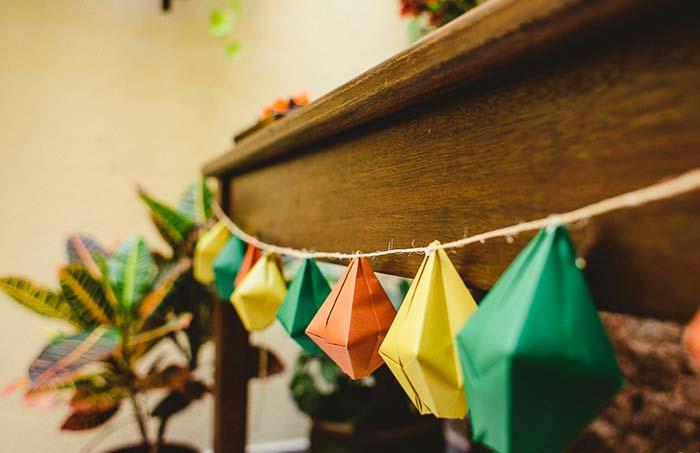 Mini balões de papel decorando a frente da mesa