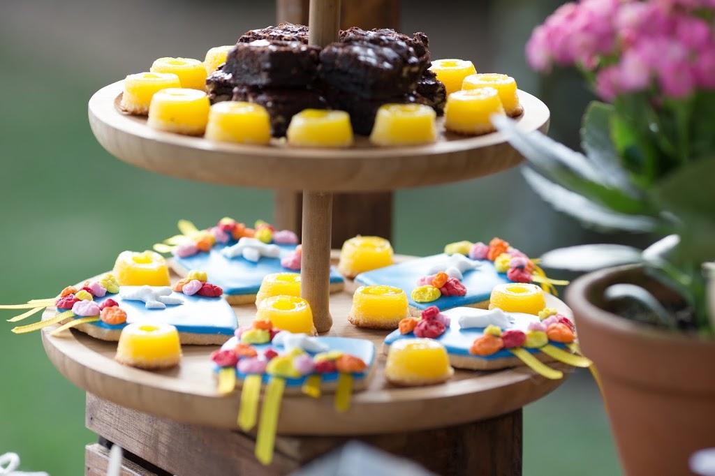Quindim e brownie compondo a mesa de doces juninos