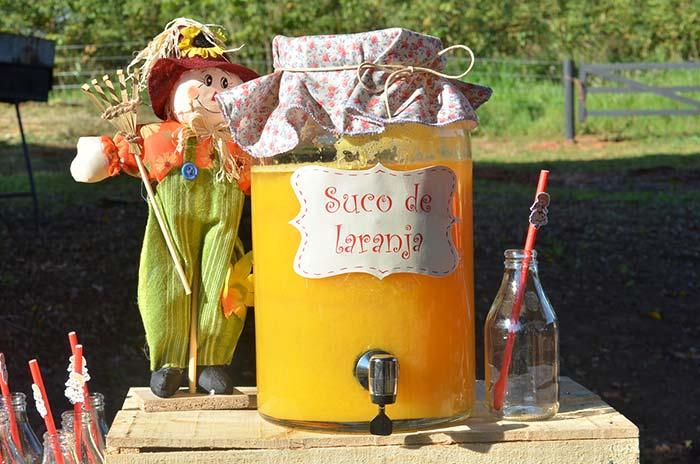 Um espantalho para tomar conta do suco natural de laranja