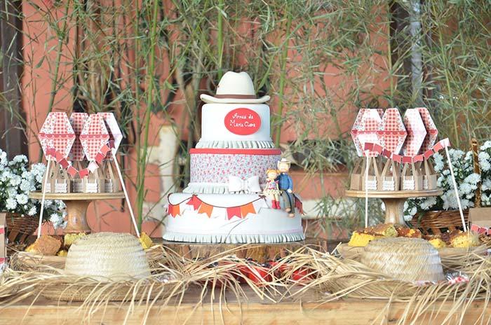 Chapéus de palha decoram a mesa da aniversariante
