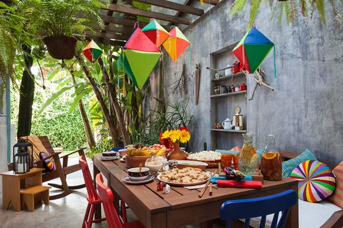 Plantas tropicais e decoração de festa junina