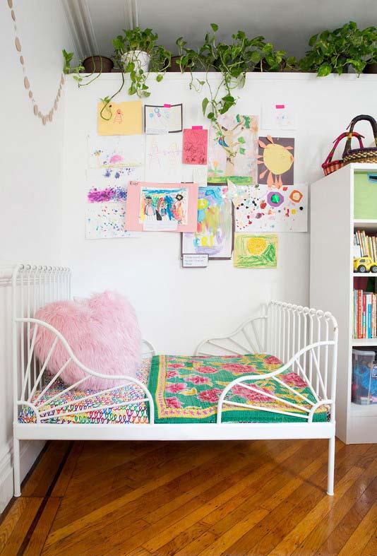 Mural cheio de criatividade e talento no quarto infantil