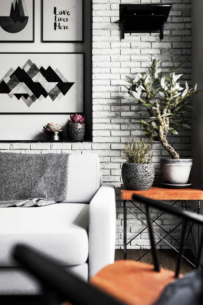 Sala de estar preta e branca: plantas e madeira quebram a rigidez de tons
